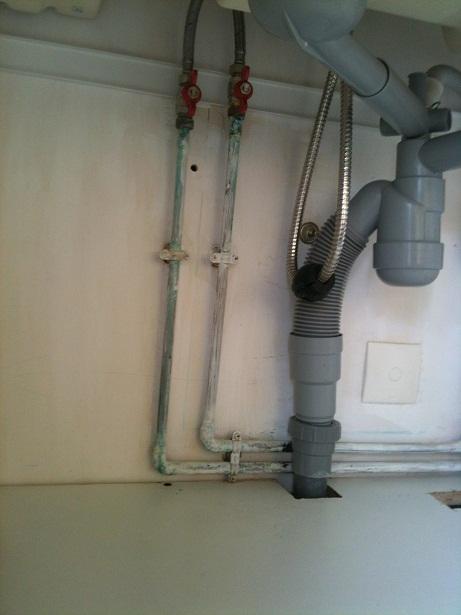 econ 39 o start and flow une pression du genou suffit pour actionner le robinet. Black Bedroom Furniture Sets. Home Design Ideas
